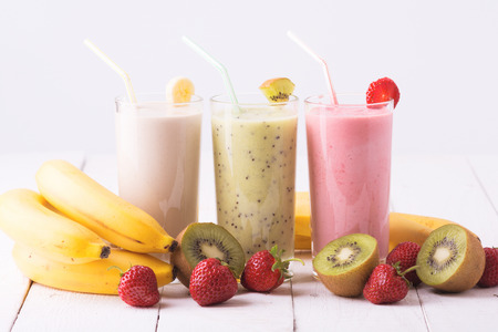 smoothies: Batidos de frutas con fresas, kiwi y plátano