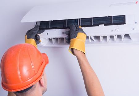 Het plaatsen van schone filter terug in air conditioner