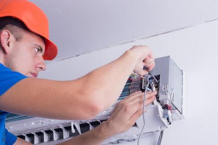 aire acondicionado: Aire acondicionado maestro prepara para instalar el nuevo aparato de aire acondicionado.