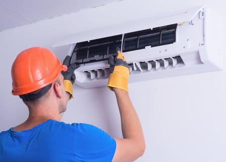 aire acondicionado: Colocar de nuevo filtro limpio en el aire acondicionado Foto de archivo