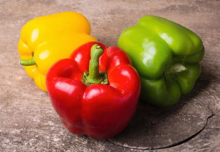 Zielony, żółty i czerwony pieprz tle