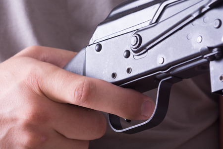 gatillo: El dedo en el gatillo de una escopeta. Foto de archivo
