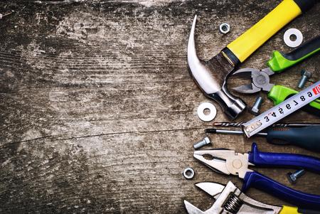 edificio industrial: Conjunto de herramientas sobre un fondo de madera.