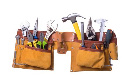 construction tools: Cinturón de herramientas con herramientas aisladas sobre fondo blanco