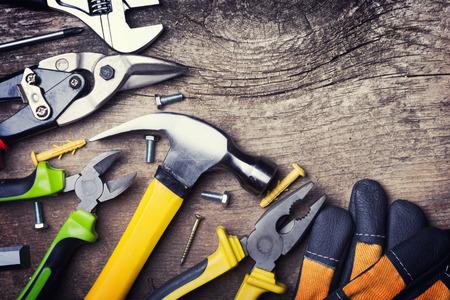 herramientas de trabajo: Conjunto de herramientas en el fondo de madera Foto de archivo