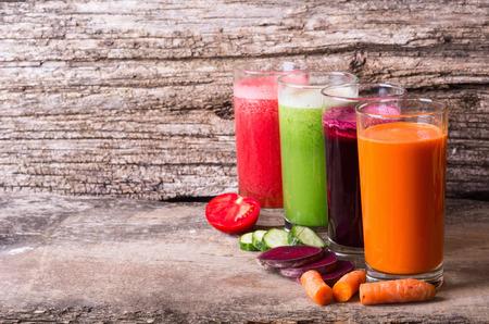 Sap met groenten (wortelen, bieten, tomaten en komkommers)