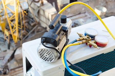 Installing air conditioner . Vacuum pump . Banque d'images