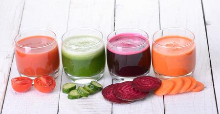 verre jus orange: Jus de l�gumes (carotte, betterave, concombre, tomate) Banque d'images
