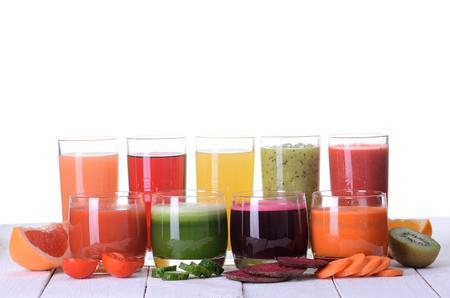 verduras verdes: El jugo de fruta (uva, fresas, naranja, kiwi, pomelo, manzana) y jugo de verduras (tomate. Pepino, remolacha, zanahoria) Foto de archivo
