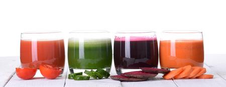jugo verde: jugo de vegetales (zanahoria, remolacha, pepino, tomate). Aislado sobre fondo blanco con trazado de recorte incluidos Foto de archivo