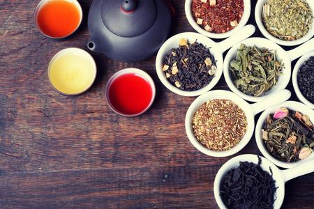 木製の背景に乾燥茶の品揃え 写真素材