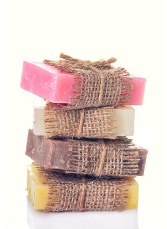Collectie handgemaakte zeep geïsoleerd op een witte achtergrond