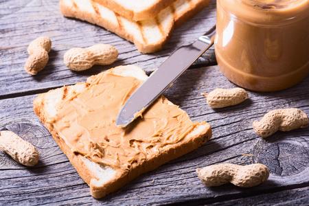 Erdnussbuttersandwiches oder Toast auf hölzernem Hintergrund Standard-Bild