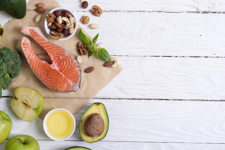 Gezonde voedselgroenten, noten en zalm. Met vitamine omega 3