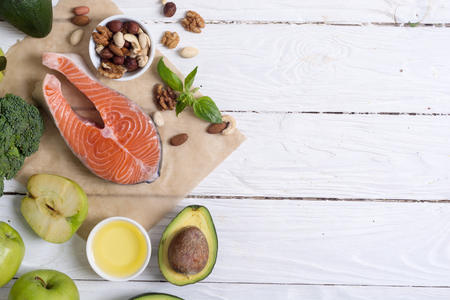 Verdure alimentari sane, noci e salmone. Con vitamina omega 3 Archivio Fotografico - 86318065