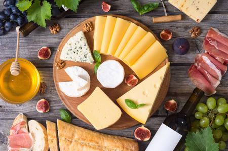 ワインと異なる種類のチーズ、イチジク、クルミ、ハモン