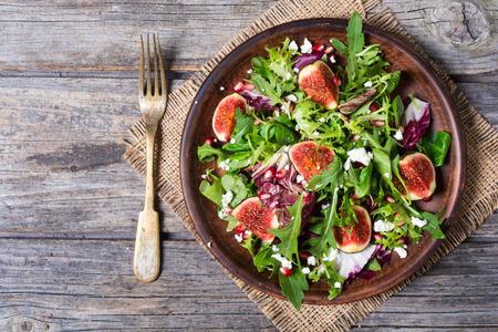 Salade d'automne avec roquette, épinards, figues et fromage