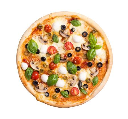 Italiaanse pizza met mozarella, tomaat, olijven en paddestoelen die op witte achtergrond wordt geïsoleerd. Bovenaanzicht. Met uitknippad inbegrepen