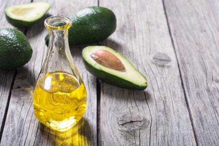 Verse gezonde groene avocado en olie. Met ruimte voor tekst
