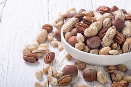 Mix van noten in plaat. pecannoten, hazelnoten, pistachenoten, cashewnoten en pinda's Stockfoto