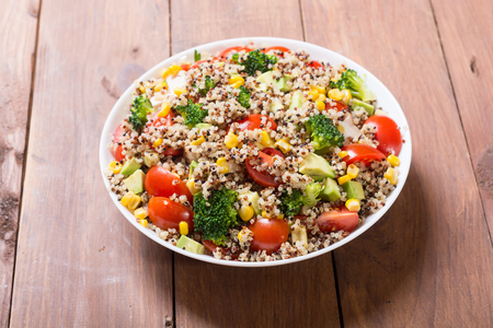 Quinoa salad with tomatoes , avocado , broccoli and corn . Vegan superfood Standard-Bild