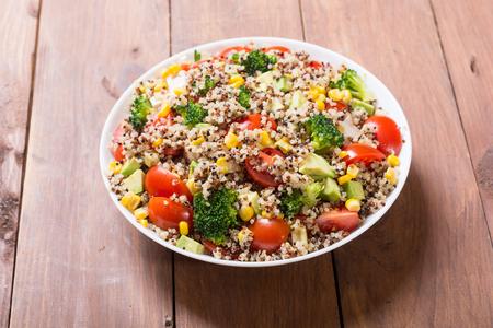 Sałatka z komosy ryżowej z pomidorami, awokado, brokułami i kukurydzą. Wegańskie pożywienie
