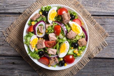 Tonijnsalade met tomaten, olijven, eieren en ui.