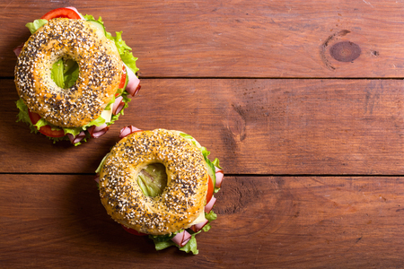 Bagels with ham , tomato and salad . Traditional american food 스톡 콘텐츠