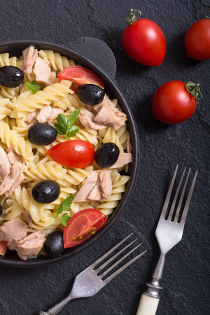 Pasta salad with tuna , tomatoes and olives in pan Stok Fotoğraf