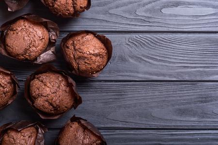 Süße Dessertschokoladenmuffins oder Cupcake. Lebensmittelhintergrund Standard-Bild