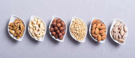 Mix of nuts : Pistachios, almonds , walnuts , pine nut , hazelnuts and cashew . Snack in bowl backgrond 스톡 콘텐츠