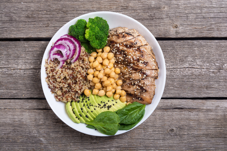Buddha bowl with broccoli , quinoa , grilled chicken , avocado and spinach . Healthy vegan salad . Superfood Foto de archivo