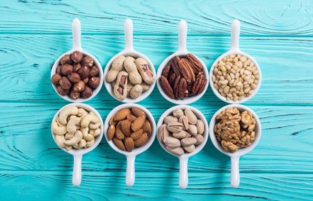 Mix of nuts : Pistachios, almonds , walnuts , pine nut , hazelnuts and cashew . Snack in bowl backgrond Banque d'images