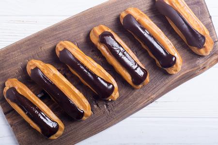 Eclair di dessert francese con cioccolato.