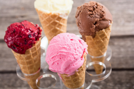 Cornets de gaufres à la crème glacée avec baies, chocolat et vanille