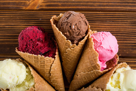 Ice cream waffle cones with berries , chocolate and vanilla Stockfoto