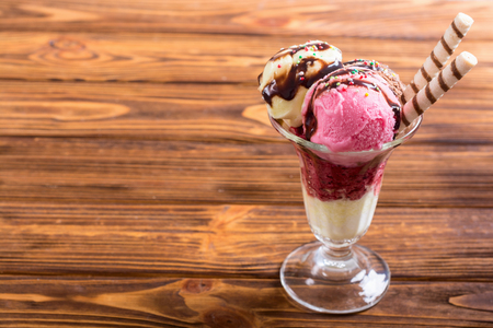 Ice creeam in sundae . Chocolate , vanilla and strawberry Banque d'images
