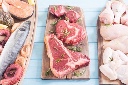 Surtido de carnes y mariscos. Carne de res, pollo, pescado y cerdo Foto de archivo