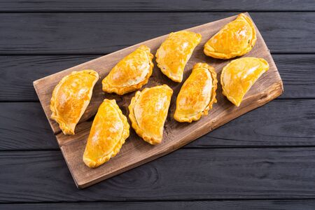 Empanadas latinoamericanas de ternera al horno con salsas. Fondo de comida