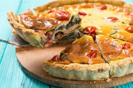 Traditional French pie . Spinach Quiche lorraine with tomatoes Banco de Imagens