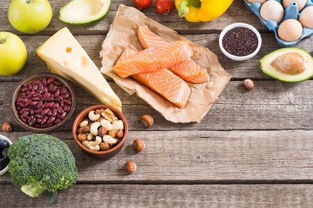 Zutat der ketogenen Diät. Gesunder Hintergrund. Ketogene Proteinnahrung.