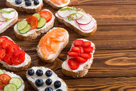 Variation of toast with fruit , vegetable and salmon . Healthy breakfast food background Standard-Bild