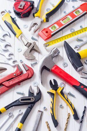 Zestaw narzędzi ręcznych. Sprzęt na drewnianym tle