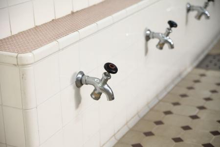 en suite: Faucets along a wall