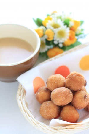stowing: Snack time of cocoa and donut balls