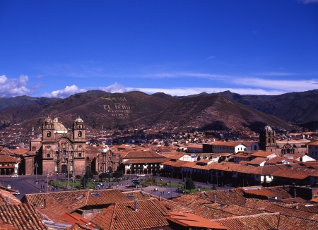 plaza de armas: Plaza de Armas and the distant world heritage Cusco City Stock Photo
