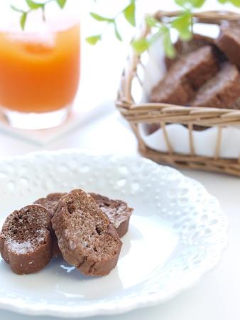 biscotte: Jus et Rusk au chocolat (vertical) Banque d'images