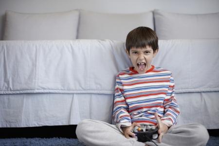 playing video games: Muchacho que juega juegos de video Foto de archivo