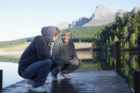 casual hooded top: Dos adolescentes en el embarcadero, Ciudad del Cabo, Sud�frica