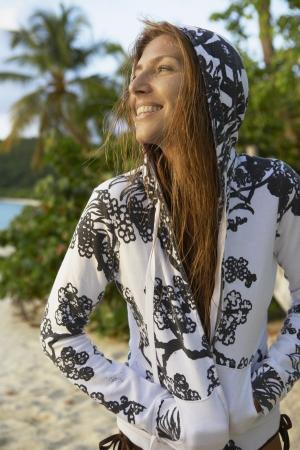 casual hooded top: Mujer de mediana edad en tapa encapuchada en la playa